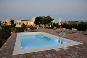 Trullo_suite_evening_piscina